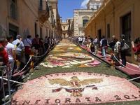 Infiorata 2010 - Bozzetti ispirati al tema: Musica dipinta: le forme e i colori della musica - Via Nicolaci - 16 maggio 2010  - Noto (2504 clic)