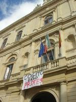 Palazzo di Città - striscione protesta studenti - 4 dicembre 2010  - Caltagirone (1683 clic)