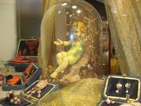 vetrina natalizia - Bambino Gesù nella campana di vetro tra gioielli in corallo - 12 dicembre 2010  - Trapani (3783 clic)