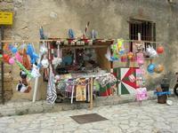 la bancarella della calia e simenza e giocattoli vari nella piazzetta - 30 maggio 2010  - Scopello (2600 clic)