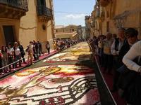 Infiorata 2010 - Bozzetti ispirati al tema: Musica dipinta: le forme e i colori della musica - Via Nicolaci - 16 maggio 2010  - Noto (2525 clic)
