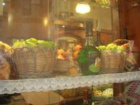 vetrina pasticceria - in primo piano la frutta marturana e liquori locali - 2 maggio 2010  - Erice (4444 clic)