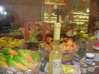 vetrina pasticceria - in primo piano la frutta marturana, liquori locali e conserve - 2 maggio 2010  - Erice (4591 clic)