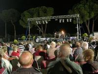 in attesa del concerto - I SAPORI DELL'ESTATE - manifestazione organizzata dall'Associazione Socio-Culturale GUARRATO-FONTANASALSA - 8 agosto 2010  - Guarrato (1919 clic)