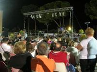 in attesa del concerto - I SAPORI DELL'ESTATE - manifestazione organizzata dall'Associazione Socio-Culturale GUARRATO-FONTANASALSA - 8 agosto 2010  - Guarrato (3207 clic)