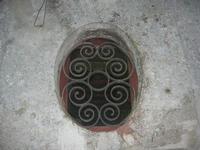 piccola finestra ovale con inferriata in ferro battuto - 1 gennaio 2011  - Erice (3486 clic)
