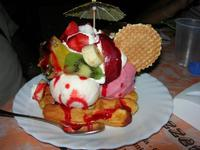 Waffel Tropical - gelato fragola, ananas, banana, panna, frutta, variegato fragola - La Piazzetta - 14 luglio 2010  - Balestrate (8798 clic)