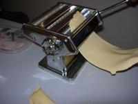preparazione delle cassatelle: si tira la sfoglia dell'impasto - I.C. Pascoli - 4 febbraio 2011   - Castellammare del golfo (1554 clic)
