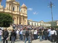Infiorata 2010 - la folla degli spettatori, davanti alla Cattedrale, assiste allo spettacolo - 16 maggio 2010  - Noto (3549 clic)