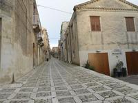 strada acciottolata - via Vittorio Emanuele vista da Porta Trapani - 24 gennaio 2010  - Erice (5953 clic)