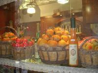 frutta martorana e liquori in vetrina - 27 marzo 2011  - Erice (1836 clic)
