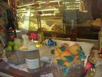 frutta martorana, liquori, miele, agnelli pasquali di pasta di mandorle e dolci vari in vetrina - 27 marzo 2011  - Erice (2470 clic)