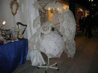 atmosfera natalizia - lo stand dei ventagli, ombrelli, ombrellini di pizzo ed oggetti vari in piazza Ciullo - 23 dicembre 2009   - Alcamo (7666 clic)