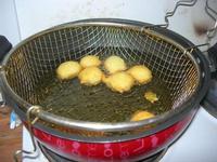 preparazione delle sfince siciliane fritte - I.C. Pascoli - 4 febbraio 2011   - Castellammare del golfo (3336 clic)