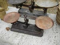 al Belvedere - oggetti in rame - bilance - 23 aprile 2011  - Castellammare del golfo (850 clic)