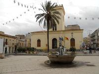 Piazza Giacomo Matteotti - fontana - chiesa di S. Leonardo (Comando Vigili Urbani) - 13 dicembre 2010  - Castelvetrano (2649 clic)