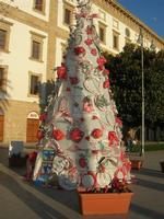 albero di Natale realizzato con materiale riciclato - Piazza Angelo Scandaliato - 6 gennaio 2011  - Sciacca (4979 clic)