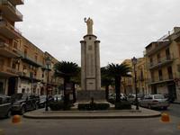 Piazza Giacomo Matteotti - Monumento ai Caduti - 13 dicembre 2010  - Castelvetrano (6367 clic)