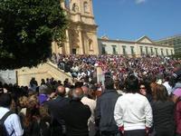 Infiorata 2010 - la folla dei turisti assiste ad uno spettacolo nel centro storico - 16 maggio 2010  - Noto (2507 clic)