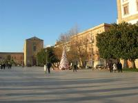 l'albero di Natale realizzato con materiale riciclato in Piazza Angelo Scandaliato - 6 gennaio 2011  - Sciacca (1763 clic)