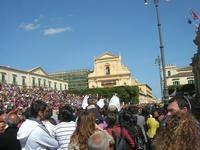 Infiorata 2010 - la folla dei turisti assiste ad uno spettacolo nel centro storico - 16 maggio 2010  - Noto (2520 clic)