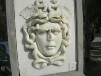 nel parcheggio della zona archeologica l'indicazione per raggiungere il Teatro - particolare: Medusa - 11 aprile 2010   - Segesta (3709 clic)