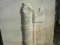 nel parcheggio della zona archeologica l'indicazione per raggiungere il Teatro - particolare: Fascio ed anno - 11 aprile 2010   - Segesta (4600 clic)