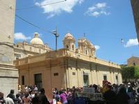 Infiorata 2010 - la fila dei turisti per accedere alla via Nicolaci - 16 maggio 2010  - Noto (2786 clic)