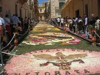 Infiorata 2010 - Bozzetti ispirati al tema: Musica dipinta: le forme e i colori della musica - Via Nicolaci - 16 maggio 2010   - Noto (2411 clic)