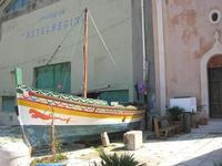 barca nei pressi della Chiesa di Maria SS. Annunziata - 14 marzo 2010  - Castellammare del golfo (1682 clic)
