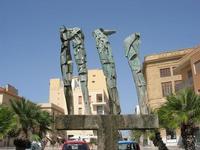 Piazza Mokarta - scultura bronzea, opera di Pietro Consagra, raffigurante mostri marini emergenti dalle acque - 19 settembre 2010  - Mazara del vallo (2376 clic)