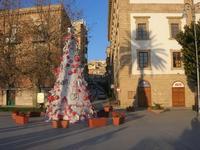 l'albero di Natale realizzato con materiale riciclato in Piazza Angelo Scandaliato - 6 gennaio 2011  - Sciacca (3857 clic)