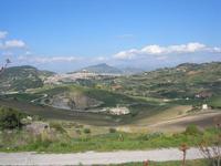 la città vista dal colle Pianto Romano ed in fondo il monte Bonifato - 11 aprile 2010   - Calatafimi segesta (2184 clic)