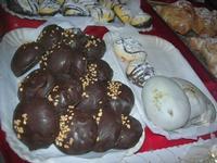dolci locali in vetrina - 4 dicembre 2010  - Caltagirone (3347 clic)