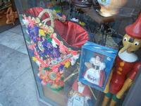 souvenir: coffa decorata e bamboline con tipico costume siciliano - 8 agosto 2011 PALERMO LIDIA NAVA