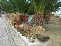 oggetti in rame e manufatti in paglia esposti al Belvedere - 25 luglio 2010  - Castellammare del golfo (1600 clic)