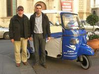con Salvo ed il suo apecalessino - 4 dicembre 2010  - Caltagirone (2739 clic)