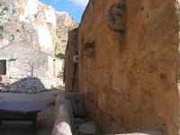 Le Grotte di Custonaci - Grotta preistorica Scurati - borgo rurale costruito più di un secolo fa ed abitato fino alla seconda guerra mondiale - 14 marzo 2010  - Custonaci (2043 clic)
