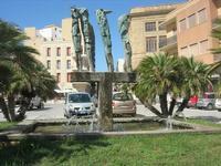 Piazza Mokarta - scultura bronzea, opera di Pietro Consagra, raffigurante mostri marini emergenti dalle acque - 9 maggio 2010   - Mazara del vallo (2756 clic)