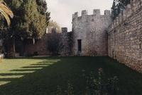 giardino interno Torre Rodosta, si vedono i muri ed il torrione medievali  - Modica (3504 clic)