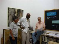 Discorsi d'arte mostra collettiva allo studio 71 di Palermo. Francesco Scorsone, Angelo Denaro e un ospite in visita alla galleria  - Palermo (3491 clic)