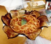 Spaghetti e melenzane fritte La raffinata decorazione di un piatto di spaghetti serviti in un ristorante di Erice  - Erice (1670 clic)