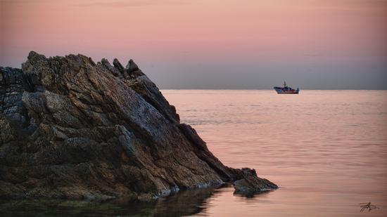 Barca da pesca oltre gli scogli all'alba - SFERRACAVALLO - inserita il 15-Jan-11