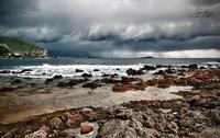 Fronte di pioggia In una gelida mattina di dicembre il cielo sembra in procinto di esplodere. Dal lungomare di Barcarello vedo un fronte di nubi incombere sull'Isola delle femmine.  - Sferracavallo (4795 clic)