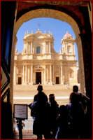 La cattedrale, vista dall'ingresso del Palazzo di Città  - Noto (1842 clic)