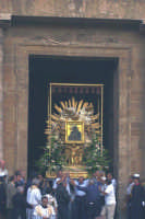 La Vara con il quadro di Maria SS dell'Alemanna, patrona della città esce dalla Chiesa Madre  - Gela (5484 clic)
