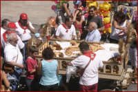 Festa di San Sebastiano, la vendita dei pani votivi  - Palazzolo acreide (1904 clic)