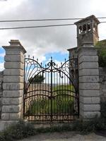 Il cancello, il sentiero, la torrette: Villa Urso.  - Licata (4077 clic)