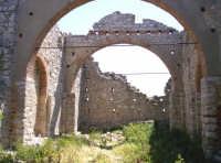 Monte Scalpello, i resti della nuova chiesa costruita e mai conclusa intorno agli anni '30/40, e distrutta dai bombardamenti della seconda guerra mondiale.  - Catenanuova (3707 clic)