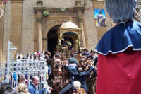 Aidone, 1 maggio 2007 festa di San Filippo Apostolo; l'uscita dal Santuario sulla ripida scalinata del sagrato.  - Aidone (3704 clic)